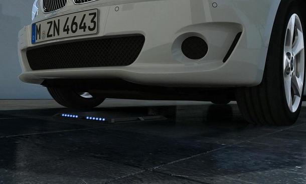 Elektroauto induktives laden BMW Mercedes Kooperation kabellos