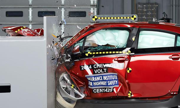 IIHS Small Overlap Crashtest USA 2014 Mazda 5 Fiat 500L Nissan Juke