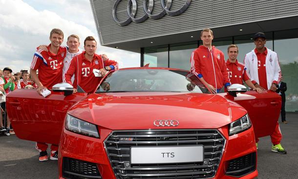 FC Bayern Audi Fahrzeugübergabe 2014 Fußballer und Autos