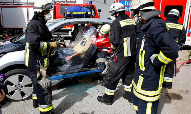 Feuerwehreinsatz Übung Notfall BMW i3 Elektroautos ADAC