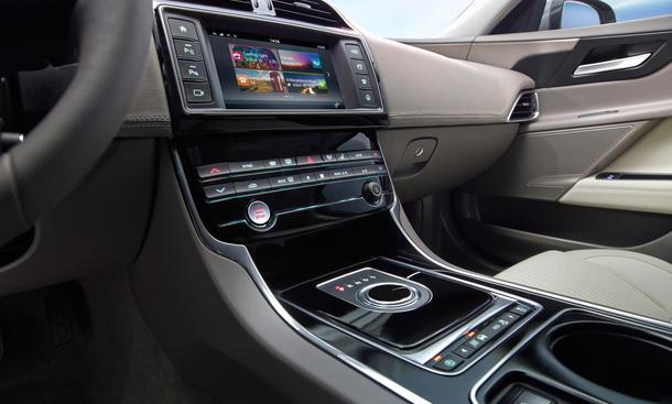 jaguar xe auf dem pariser autosalon 2014 neue bilder und informationen bild 7. Black Bedroom Furniture Sets. Home Design Ideas