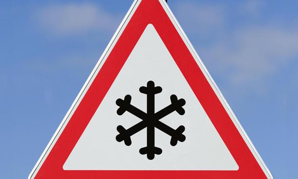 Winter Schnee Tempolimit Schild Schneeflocke gilt auch bei Sonnenschein