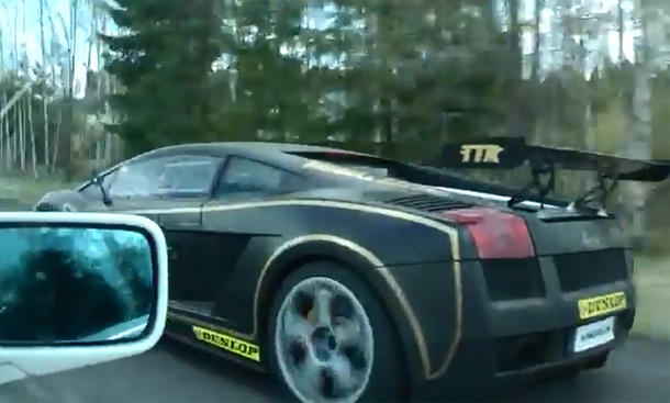 BMW 3er E30 macht Lamborghini Gallardo platt