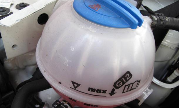 Auto Kühlflüssigkeit nachfüllen Motor Ratgeber Kühlmittelbehälter