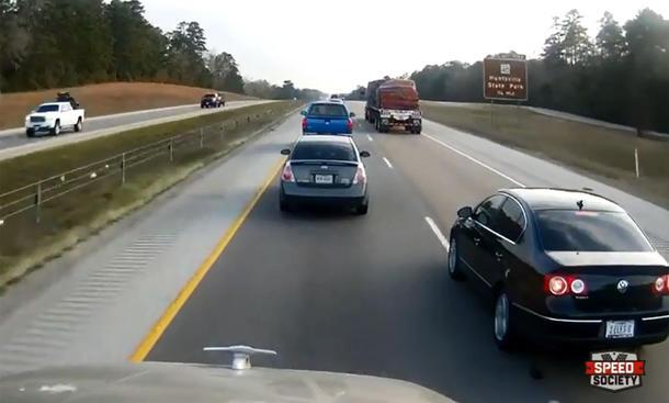 Video: VW Passat schneidet Truck