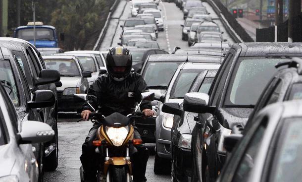 Stau: Mittig überholen mit dem Motorrad