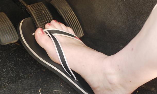 barfuß am steuer flip flops bikini autofahren verkehrsregeln sicherheit
