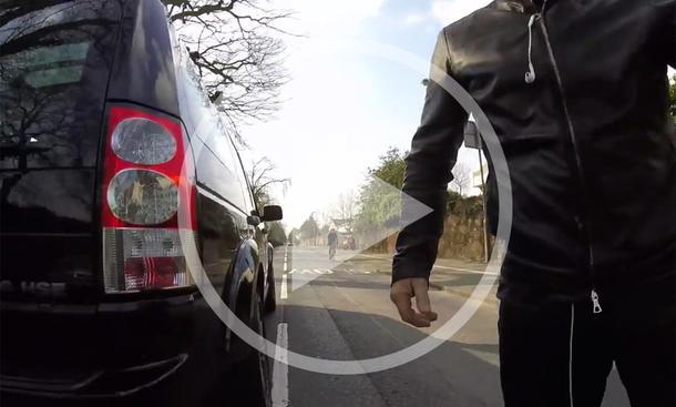 Video: Land Rover Discovery vs. Radfahrer