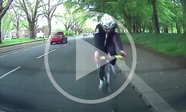 Video: Radfahrer vs. Heckscheibe