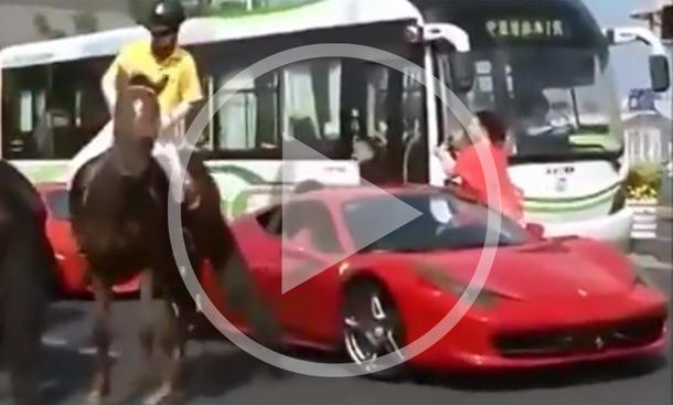 Video: Pferd tritt Ferrari 458