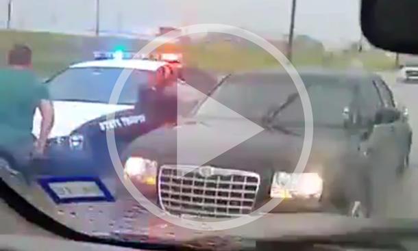 Video: Polizist und sein Streifenwagen