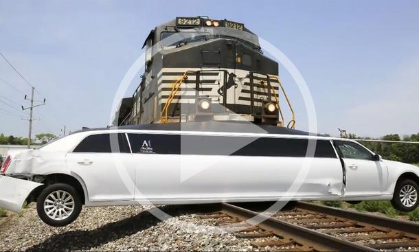 Crash-Video: Zug rammt Limousine