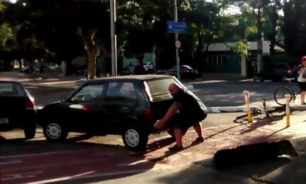 kräftiger radfahrer hebt auto vom radweg video