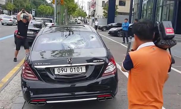 Koreanischer Mercedes-Besitzer haut S-Klasse kaputt