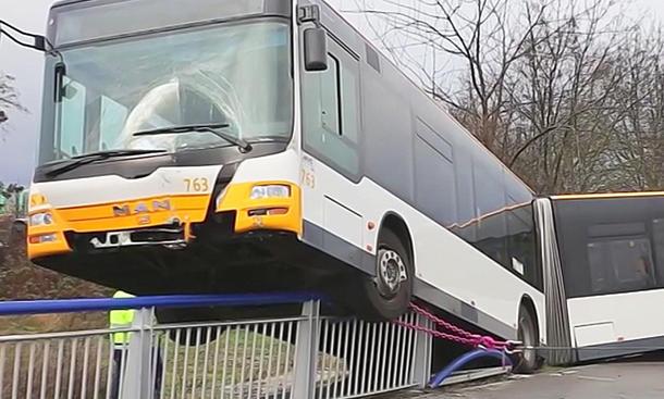 Lienienbus fährt auf Brückengeländer