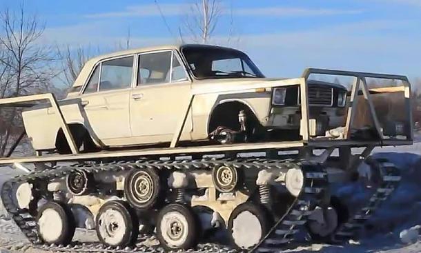 Gelände-Lada dank Panzerketten