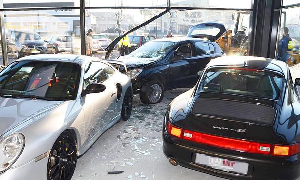 Opel Astra rast in Luxus-Autohaus