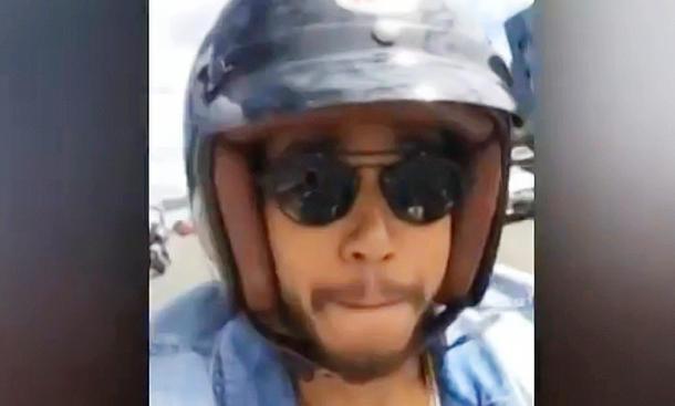 Lewis Hamilton mit Handy am Gasgriff