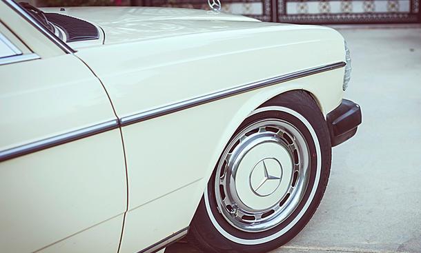Alter Benz macht auf Lässig