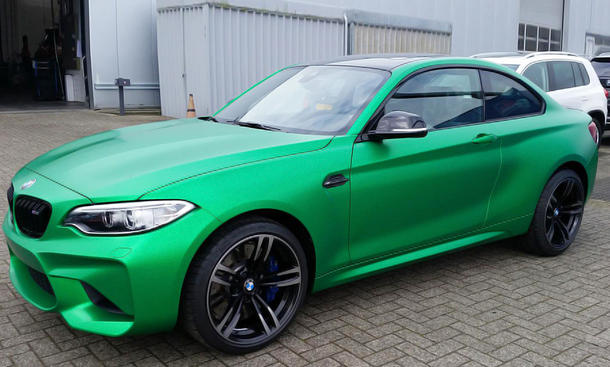BMW M2 mit grün-matter Folierung