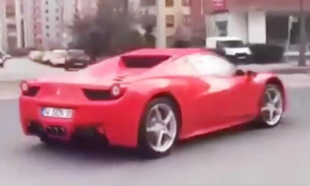Ferrari 458 spielt wilde Sau