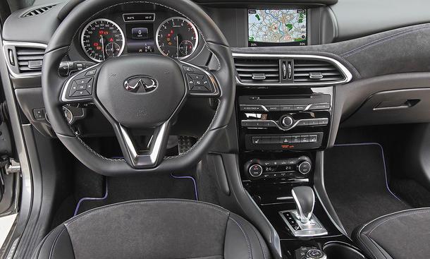 Infiniti Q30 2.0t AWD (2016)