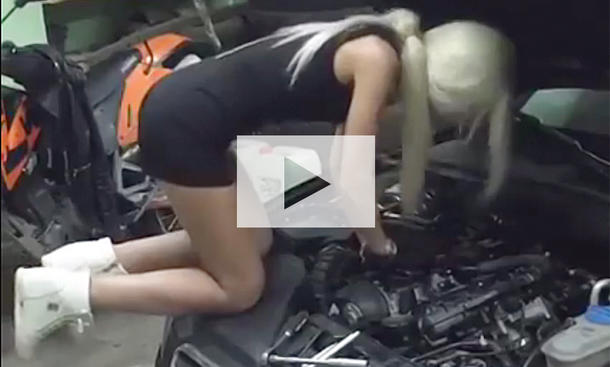 Blonde Mechanikern bearbeitet Audi: Video